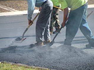 Een asfalt reparatie laat u doen door Buitengewoon!