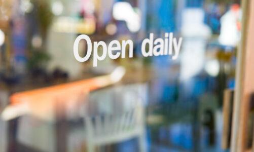 Tijdelijke promotie op je winkelruit? Gebruik statische raamstickers